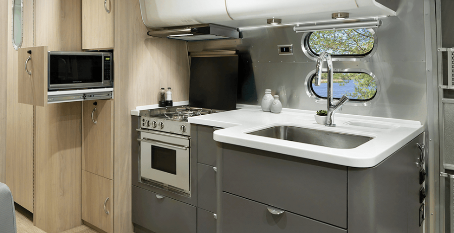 17-Airstream_MY18_Globetrotter_Design_Beauty-That-Lasts_BIG_Modern-Galley.png
